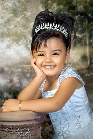 Niña Citlalia Esmeralda Martínez de los Santos fotografiada en un estudio con motivo de sus tres años de vida.