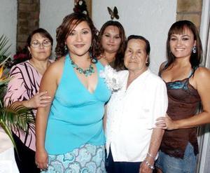 Adriana acompañada por las señoras Martha González, Alicia Sáenz, Silvia Soriano, y María del Carmen Torres