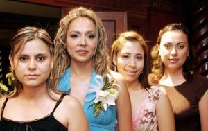 Dalila Valadez Macías con lagunas de las invitadas a su fiesta de despedida