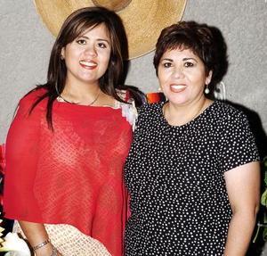 Marcela con  su mamá, Jezu de Adame.