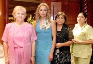 <B>09 de octubre de 2005</b><p> Soraya Macías Vda. de Valadez, Sonia Guadalupe Macías Pérez y Clara A. de Puentes, con la festejada y futura novia..