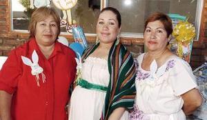 <B>09 de octubre 2005</b><p> Rosa Margarita Beltran de Rojas, acompañada por las organizadoras de la reunión de canastilla que le prepararon por el cercano nacimiento de su primer bebé.
