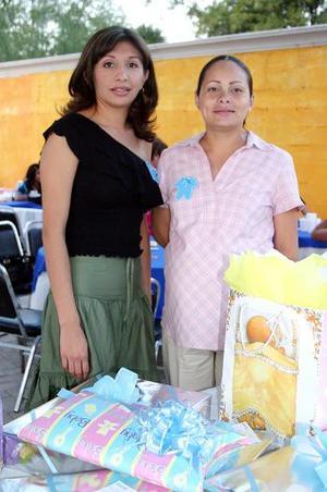 Cynthia Echeverria de Gutiérrez disfrutó de una fista de regalos para el bebé que espera, que le preparó con todo detalle Gabriela Gutiérrez Frayre.