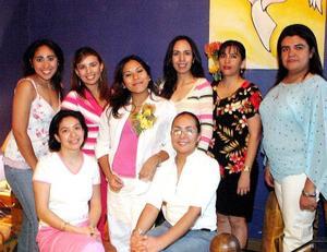 Alba Herrera de Fernández, acompañada por algunas de las invitadas a la reunión de canastilla que le ofrecieronen honor del bebé que espera.