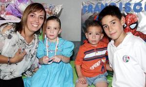 Marisofi  y Francisco Lozaga García acompañados por su mamá, Meme de Lozaga y su amiguito Andrés Pérez el día en que festejaron sus respectivos cumpleaños.