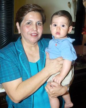 Claudia Martínez con su nieto Sebastián Baca de la Parra
