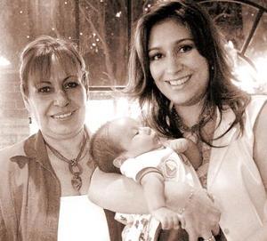 <b>09 de octubre 2005</b><p> Luz María Diosdado, Adriana de Fuentes y el pequeño Diego Enrique Fuentes