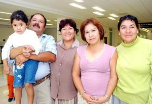 Andrea Vázquez viajó con destino a Los Ángeles y fue despedida por Isabel, Sanjuana, Victor y Marla.