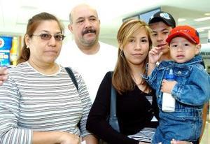 Jazmín Santillan y Chistopher Reynoso viajarona a Tijuana, los despidieron sus familiares.