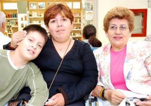 <b>10 de octubre 2005</b><p> Olivia Salinas de Nava viajó a Tijuana, la despidieron su hija Lucero y su nieto Rodrigo