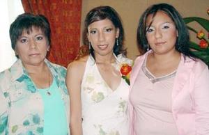 Brenda Luna Velázquez acompañada por su mamá Rufina Velázquez de Luna y su hermana Ilse, en la despedida de soltera que le organizaron por su próxima boda con José Manuel Rodríguez Ruiz.