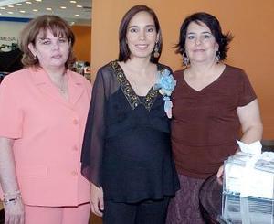 María del Carmen López y Lourdes Olivares le organizaron una fiesta de canastilla a Rosa del Carmen López de Guerra