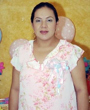 <B>10 de octubre 2005</b><p> Dulce Adriana Juárez Crispín espera el nacimiento de unos cuatitos, y por ello disfrutó de una alegre reunión, que le prepararon en días pasados.