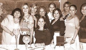 Lorena de Gámez, Mague de Gámez, Isela de Rodríguez Bertha de Maldonado, Jesu de Flores, Norma de Zúñiga, Gloria de Lozano, Lety de Llano y Ely de Hernández le ofrecieron una despedida de soltera a Eidy Valenzuela.