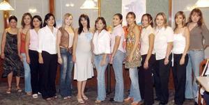 Minerva Pérez Barruecos recibió múltiples felicitaciones de sus invitadas, en la fiesta de canastilla que le ofrecieron, por el próximo nacimiento.