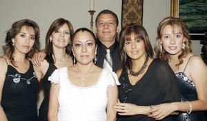 Nefertiti Ávalos Vallejo en la grata compañía de sus hermanos Liliana, Roxana, Víctor, Jaqueline y Viridiana.