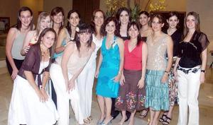 <B>11 de octubre 2005</b><p> Un nutrido grupo de amigas acompañó a Laurencia González Martínez, en esta estupenda fiesta pre nupcial.