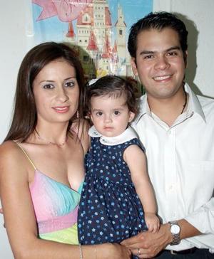 <b>11 de octubre 2005</b><p> Ana Lucía Suárez Vera cumplió con un año de vida y sus papás, Juan Francisco Suárez y Soraya Vera, le prepararon una merienda.