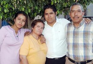 <b>13 de octubre de 2005</b><p> Lourdes Morales de García y José Luis García acompañado por sus hijos José Luis y Alejandra, en la reunión que se les ofreció por su aniversario matrimonial.