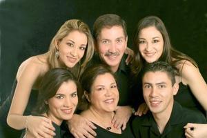 Sergio Álvarez Esquivel y Gracia Elías de Álvarez celebraron recientemente su aniversario de bodas, junto a sus hijos Ana Claudia, Verónica, Ángela y Sergio.
