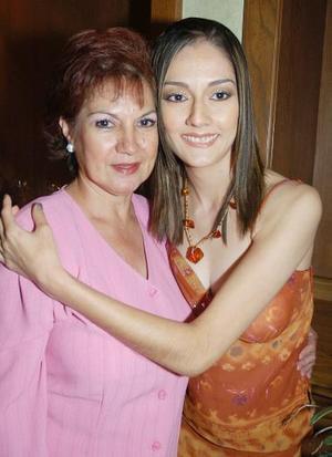 Mariel junto a su mamá.