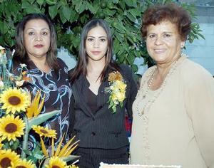Alejandra Tamayo Haro acompañada por Conchita de Trigo Rivas y Rosario Haro de Camacho, quienes la festejaron con un grato convivio con motivo de se cercana boda.