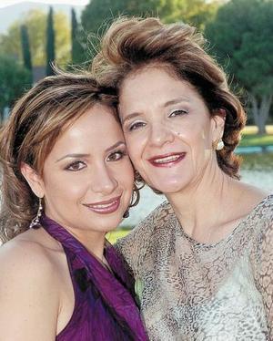<B>13 de octubre de 2005</b><p> Gaby junto a su mamá, Gabriela Sánchez de Guajardo.