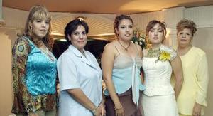 Denisse Reyes Estrada acompañada por Anabel, Yasmín, Judith, y Mayela Reyes de Reyes, quienes le organizaron una fiesta de despedida.