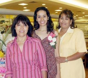 Leslie junto a su mamá Luz María Ruvalcaba Páez y su suegra Élida Adame de Escobedo.