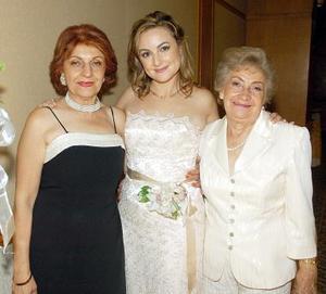 <B>14 de octubre de 2005</b><p> María Ela Leal de Metlich y Rebeca Montes de Oca de Prado acompañan a Arleth.