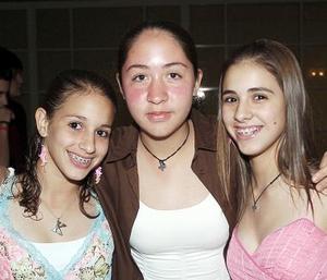 <b>12 de octubre de 2005</b><p> Karla, Katty y Saraí, en reciente festejo social