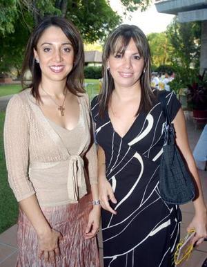 Bárbara Mijares y su amiga Odila García.