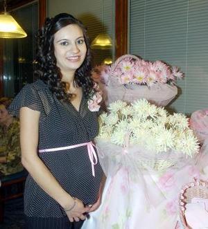 <B>12 de octubre 2005</b><p> Soraya Jaidar de Gorostiaga espera el nacimiento de su primera nenita, y por ello disfrutó de una bonita fiesta de canastilla.