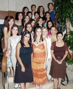 <B>12 de octubre 2005</b><p> Mariel Velasco Segura junto a sus amigas en la despedida que le organizaron con motivo de su proximo enlace nupcial con Ariel Castro Olvera.