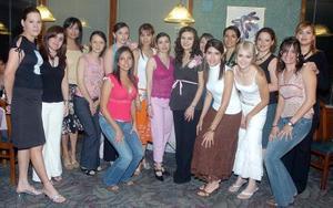 <B>14 de octubre 2005</b><p> Soraya Jaidar de Gorostiaga acompañada por un grupo de amigas, en la reunión de canastilla que le fue organizada por Lucía Mourey y Leticia Gutiérrez de Santiago.