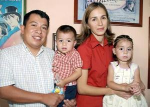 <b>12 de octubre 2005</b><p> Valeria Lozano Moreno acompañada por sus papás Víctor Lozano Medrano y Lorena Moreno de Lozano y por su hermanito Gilberto, en la piñata que le organizaron por sus cuatro años de vida.