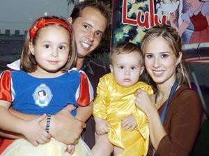 Luly Quintero Guerra acompañada de su hermanito Manuel y papás, Manuel Quintero y Lulú  de Quintero.