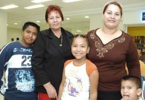 Evelia Miranda viajó a Los ángeles y fue despedida por su hija Karla y sus nietos Nelson, Hugo y Marisela, en el aeropuerto de esta ciudad.