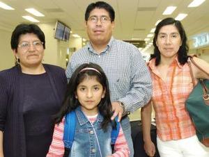 <b>13 de octubre 2005</b><p> Liliana y su hija Michelle llegaron de Lima, fueron recibidas por Milton y Miriam Cóndor.