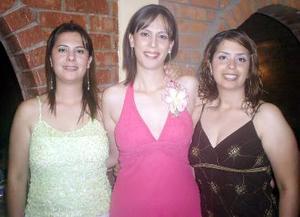 Ana Isabel Urbina Amador en su despedida de soltera acompañada por su hermanas Ana Lilia Urbina de Salvatori y Ana  Rotceh Urbina Amador.