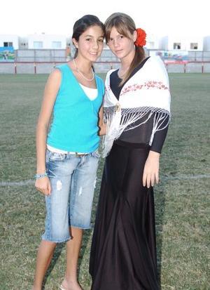 Mari Jose Ramos acompañada por Mariana Sesma.