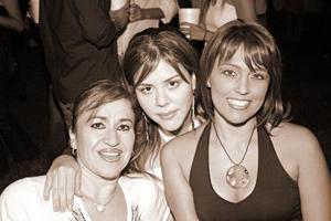 <b>15 de octubre de 2005</b><p> Martha Eugenia, Silvia  Dávila y Kuky Gutiérrez en pasado festejo.