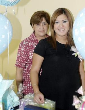 Lizeth Maqueda de Martínez acompañada de Aurora Hernández de Maqueda, quien le ofreció una fiesta de regalos por el próximo nacimiento de su bebé.