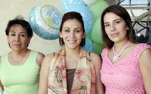<B>15 de octubre 2005</b><p> Mayra Isabel Corral de González acompañada por bertha Hernández de Corral y Mónica Aguilera de Olivier.