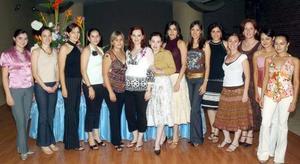 Cristina Ruiz Díaz de Valdez recibió muchas felicitaciones, en la reunión de canastilla que le ofrecieron por el próximo nacimiento de su primer bebé