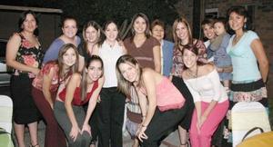 Miriam hernández de Handal y Marisa Menchaca de Félix acompañadas por un grupo de amigas, en la reunión de canastilla.