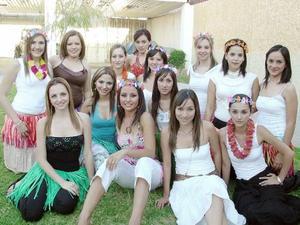 Por su próxima boda, Aída Margarita Hernández Castañeda disfrutó de una despedida estilo Hawaiano, a la que asistieron múltiples amigas para felicitarla.