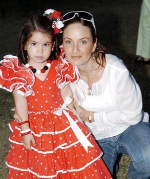 Adriana Echávez de Tricio y Valeria Tricio.