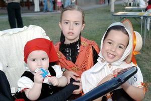 Las niñas Marisol, Marijosé y Manuela Gil Tricio.