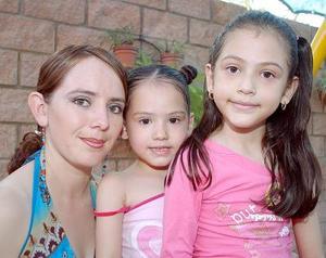 Susy Rodríguez de Fregoso con sus hijas Mayté y Andrea Fregoso Rodríguez, en un convivio infantil.